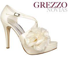 ¡Los zapatos de novia con flores de tela es una de las tendencias 2013 más cautivadora, por su sutileza y encanto!