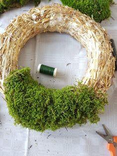 Bind deg en mosekrans; kransebinderkurs på 1-2-3   SkarpiHagen Christmas Diy, Christmas Wreaths, Christmas Decorations, Xmas, Moss Wreath, Grapevine Wreath, Wreaths And Garlands, Grape Vines, Diy Crafts