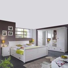 Ein Hauch von Landhaus im eigenen Schlafzimmer: Weiße, linienverzierte Fronten, geschwungene Formen und massives Holz machen dieses romantische Schlafzimmer zu etwas ganz Besonderem.