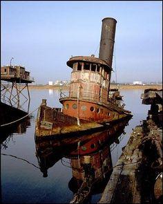 Beautiful picture of abandoned boat Staten Island Graveyard Abandoned Ships, Abandoned Buildings, Abandoned Houses, Abandoned Places, Old Boats, Staten Island, Shipwreck, Belle Photo, Sailing Ships