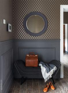 В холле обои шоколадного цвета, Thibaut. Деревянные панели выкрашены в темно-серый цвет. Банкетка, Hoff.