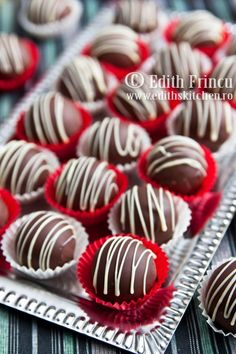 bomboane cu ciocolata (similar base recipe as my rum ball truffles) good to know some variety Cookie Desserts, Sweet Desserts, Chocolate Photos, Cake Recipes, Dessert Recipes, Rum Balls, Candy Pop, Delicious Deserts, Romanian Food