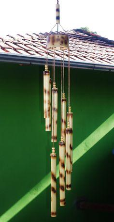 Sino dos ventos produzido artesanalmente em bambú. Sinta-se relaxado e tenha a sua casa harmonizada com o som milenar produzido pelo bambú.