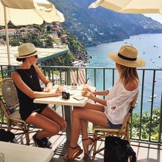 Jessica Stein sur Instagram : So excited to be here in Positano with my close friend @Laura Jayson.laughlin. We haven't seen each other since we first met three years ago in NYC