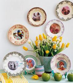 Assiettes en porcelaine anciennes accrochées au mur comme des cadres photos. Decoupage your favorite photos onto plates to make a wall or table gallery...