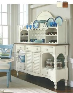 You can enhance the natural beauty of your home with beach house decorating ideas. Coastal Decor like beach art and furniture. Cottage Dining Rooms, Coastal Living Rooms, Living Room Decor, Hm Deco, Style Cottage, Cottage Chic, Sweet Home, Traditional Dining Rooms, Stanley Furniture
