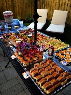 The easiest graduation party food ideas. High school graduation party food ideas you need to know about including appetizers and grad party food ideas if you're on a budget. Bbq Party, Snacks Für Party, Bbq Food Ideas Party, Bbq Ideas, Wedding Snacks, Sweet 16 Food Ideas, Cookout Food, Pool Party Foods, Bday Party Ideas