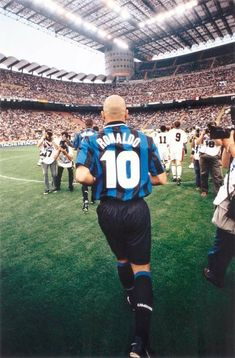 Ronaldo takes the field for Inter Milan at the San Siro in Brazil Football Team, Football Icon, Best Football Players, Football Is Life, Retro Football, World Football, Football Kits, Vintage Football, Soccer Players