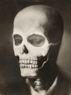 Skull... Photographer: Emil Otto Hoppé, circa 1930. S)