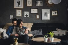 #photographie #photography #grossesse #couple #famille #family #home #photographe #photographer Gallery Wall, Couch, Photography, Furniture, Home Decor, Pregnancy Photography, Stone, Settee, Photograph