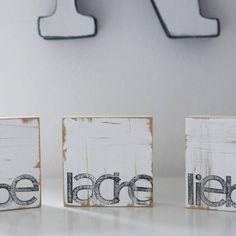 Zu finden auf http://www.my-little-store.de/ajukg9n6kana9p4s:94  Diese Textplatten sind 10x10cm gross und können an die Wand gehängt, oder auf einen Sims gestellt werden. Alles ist handgefertigt in Hamburg - jeder einzelne Buchstabe gestempelt und in jedem Fall ein Unikat und hat evtl kleine Abweichungen vom Foto.