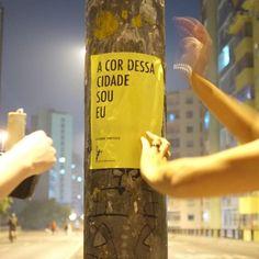 Cantando na Rua - Intervenção urbana que visa alegrar o cotidiano da cidade com cartazes contendo trechos de música.