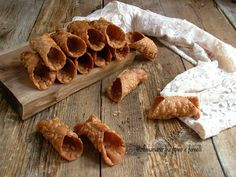 Cialde per cannoli siciliani Italian Cookies, Italian Desserts, Mini Desserts, Holiday Desserts, No Bake Desserts, Dessert Recipes, Cannoli, Custard Filling, Biscuits