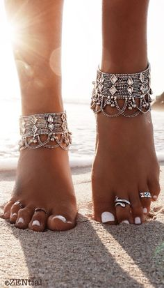 Boho style feet hippie looking anklet and toe rings / I adore white nails, ankle bracelets and toe rings, beaches, boho photos. Boho Gypsy, Bohemian Jewelry, Hippie Boho, Bohemian Fashion, Indian Jewelry, Gypsy Hair, Boho Fashion Over 40, Bohemian Rings, Bohemian Beach