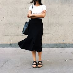 essamble casual b&w midi skirt Fashion Moda, Work Fashion, Modest Fashion, Womens Fashion, Style Fashion, Birkenstock Outfit, Skirt Outfits, Neue Trends, Minimalist Fashion