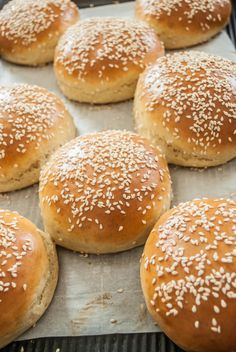 Recipe and tutorial for fluffy, light, richly flavored buns, perfect for burgers, pulled pork, or anything! (Printable Recipe) Homemade Burger Buns, Homemade Hamburgers, Hamburger Bun Recipe, Hamburger Buns, Bun's Burger, Grilling Burgers, Canned Butter, Pork Buns, Bread And Pastries