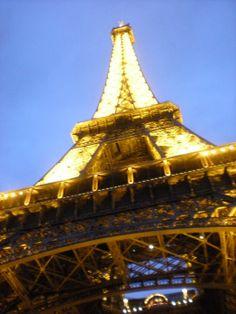 #Torreeiffel iluminada -  aprende más sobre #palacios, #iglesias, #cementerios y #monumentos de #Paris #Francia en nuestro último artículo