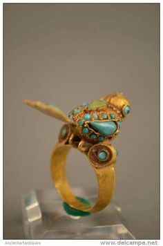 A Rare Islamic Gold Bird Ring circa B.C Gold Ring with Inlaid Termini in the Form of Seated Bird. Omg how awesome is this. Jewelry Art, Gold Jewelry, Jewelry Rings, Jewelry Accessories, Jewelry Design, Ancient Jewelry, Antique Jewelry, Vintage Jewelry, Viking Jewelry