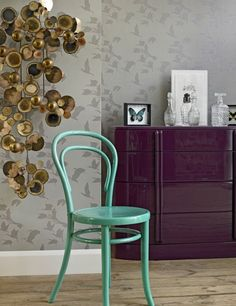 Color inspiration: Green chair, purple furniture and neutral colors in wall, is possible! Interior Design Pictures, Interior Inspiration, Color Inspiration, Vintage Leather Sofa, Purple Furniture, Sweet Home, Bentwood Chairs, Contemporary Wallpaper, More Wallpaper