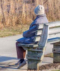 25 señales y síntomas de la enfermedad de Alzheimer.-Síntomas de la enfermedad de Alzheimer  Todo el mundo se esfuerza por idear un nombre de vez en cuando. Pero, ¿cómo saber si es algo más serio?  Un solo síntoma no indica necesariamente que una persona padezca la enfermedad de Alzheimer o demencia.  La demencia es la pérdida crónica de la cognición, afectando generalmente la memoria, la enfermedad de Alzheimer provoca entre un 50% a un 80% de los casos de demencia.