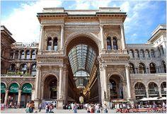 Sur la Place du Duomo à Milan trône avec sa verrière somptueuse la Galleria Victor Emmanuel II. C'est une galerie commerçante historique de prestige de style néoclassique à tendance baroque du XIXème siècle. Voici son Arc de Triomphe