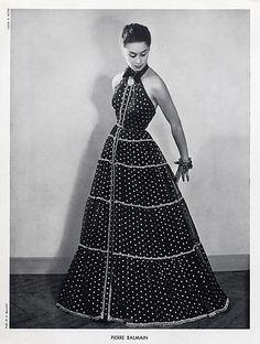 Pierre Balmain Evening Gown, photo by Louis Astre, 1951 Pierre Balmain, 1950s Fashion Women, Vintage Fashion, Vintage Style, Fifties Style, Fifties Fashion, Glamour Vintage, Vintage Vogue, Vintage Dresses