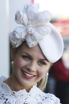 Fascinator by Emma Freedman. Fascinator Hairstyles, Fascinators, Headpieces, Races Fashion, Fashion 2018, Fashion Women, High Fashion, Crazy Hats, Millinery Hats