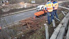 Langholztransporter verunglückt auf der Autobahn.