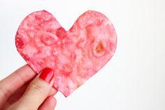 Aujourd'hui on cuisine ! Vous allez apprendre à réaliser des coeurs à croquer rouges amour : un DIY chips rouges en forme de coeur !