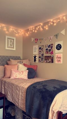 Pink and gray dorm room! Pink and gray dorm room! Cute Room Decor, Teen Room Decor, Bedroom Decor, Pink Dorm Rooms, Cute Dorm Rooms, Dorm Room Doors, Dorm Room Designs, Small Room Design, Aesthetic Room Decor