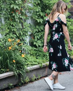Look d'été - Summer dress Dynamite. Robe fleurie cold shoulder