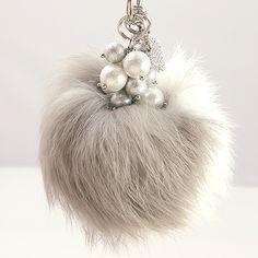 Diy Bag Charm, Tassle Keychain, Santa Crafts, Diy Tassel, Hand Art, Purses And Bags, Jewelry Accessories, Handmade Jewelry, Pearl Earrings