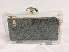 Clutch em acrilico transparente com bolsinha em paete com ziper de metal com pingente dourado,corrente dourada,detalhe em dourado com stras, forro em cetim. Nossas clutches são feitas toda artesanalmente. R$ 229,00