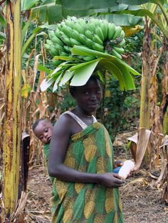 BANANA~Woman farmer carrying a baby on her back and bananas on her head, Uganda African Babies, African Women, African Art, Female Farmer, African Culture, Happy Baby, Mothers Love, Mother And Child, People Around The World