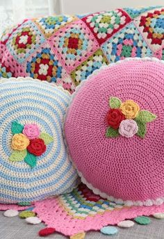 Crochet pillows Ring of Roses and Cath Kidston colors granny square blanket. Bag Crochet, Crochet Home, Love Crochet, Crochet Granny, Beautiful Crochet, Crochet Crafts, Crochet Flowers, Crochet Projects, Crochet Tutorials