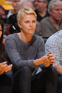 charlize theron with hat Mom Hairstyles, Short Bob Hairstyles, Charlize Theron Short Hair, Undercut Long Hair, Atomic Blonde, Shot Hair Styles, Actrices Hollywood, Goddess Braids, Short Hair Cuts