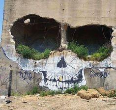 #StreetArt impressionnant sur un bâtiment abandonné http://ift.tt/1JupD2h