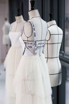 Couturier   Высокое шитьё Dior Fashion, Fashion Sewing, Runway Fashion, Luxury Fashion, Fashion Outfits, Womens Fashion, 1950s Fashion, Ladies Fashion, Fashion Brand