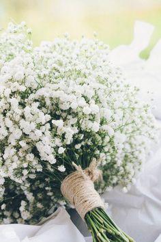 """A gypsophila, mais conhecida como """"mosquitinho"""", é a flor do momento e tem tudo a ver com casamento no campo! É linda e delicada e fica perfeita quando usada na decoração e inclusive no buquê da noiva!"""