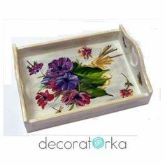 taca drewniana dekorowana kwiatowym motywem