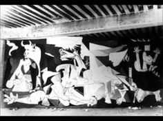 Dentro Guernica .- Picasso fotografato da Dora Maar