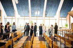 Vielse og barnedåbChristianskirken Aarhus Vi fik opgaven at lave bryllupsbilleder af det smukke unge brudepar iChristianskirken i Aarhus Nord. Parret havde slået brylluppet sammen med barnedåb. Vi fotograferede før, under og efter vielsen. Efter vielsen tog vil billeder af brudeparret og de mange bryllupsgæster udenforChristianskirken. Da ceremonien omkring kirken var slut kørte parret afsted først til Universitetsparken og derefter Botanisk ...