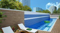 Área externa com uma piscina linear em um deck de madeira.