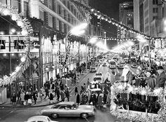 CHICAGO STATE STREET - CARSON PIRIE SCOTT STORE AT NIGHT NEAR CHRISTMAS 1960s - FROM CHICAGO TRIBUNE ONLINE