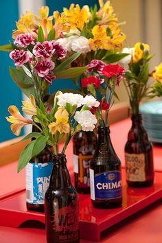 O maridão comprou cervejas importadas para degustar entre amigos? Aproveite as garrafas diferenciadas para colocar pequenas e coloridas flores. Essa dica simples deixa qualquer ambiente mais alegre. #beer #bottle #diy