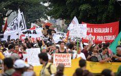 Protesto no entorno do Maracanã contra sua privatização momentos antes da final da Copa das Confederações. 30/06/2013.