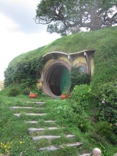 Hobbit Hole - Yes. I want a hobbit house, darn it! Underground Homes, Unusual Homes, Earth Homes, The Hobbit, Hobbit Door, Earthship, Fairy Land, Fairy Houses, Little Houses