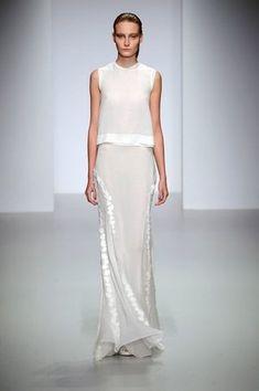 John Rocha Spring Summer 2014 collection shown at London Fashion Week White Fashion, Look Fashion, Runway Fashion, Womens Fashion, Fashion Design, Lovely Dresses, Beautiful Gowns, Beautiful Outfits, Fashion Vestidos