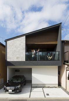 愛知県・名古屋市の注文住宅 クラシスホーム。 「季節の移ろいを望む家」 実際にクラシスホームで家を建てられたお宅の事例集です。完全自由設計だからこそ夢を叶えられるデザイン注文住宅です。 Minimal House Design, Modern Villa Design, Modern Minimalist House, Minimal Home, Contemporary Design, Narrow House Designs, Small House Design, Home Room Design, Dream Home Design