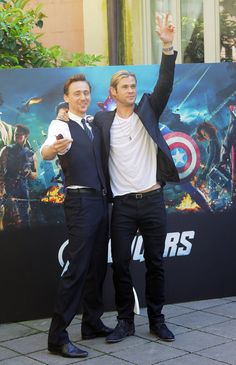 Tom Hiddleston with chris hemsworth | Chris Hemsworth, Tom Hiddleston, Scarlett Johansson and Mark Ruffalo ...